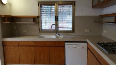 Kitchen w/double sink & dishwasher